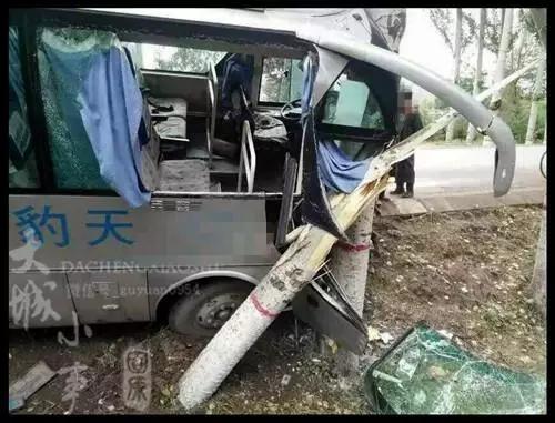 彭阳县某路段大客车为避险不慎撞树,车头凹陷严重高清图片